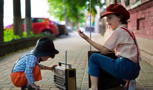Bambini con le radio